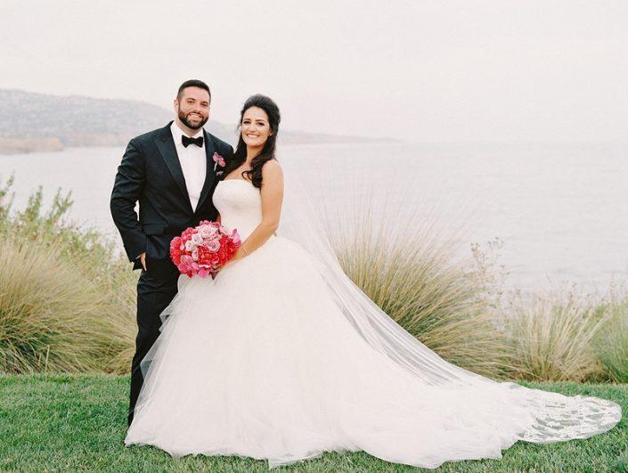 ژست عروس و داماد 1 705x531 ژست های عکاسی زیبا و رویایی عروس و داماد