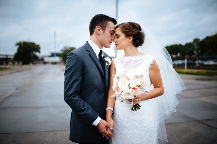 ژست عروس و داماد 705x469 ژست های عکاسی زیبا و رویایی عروس و داماد